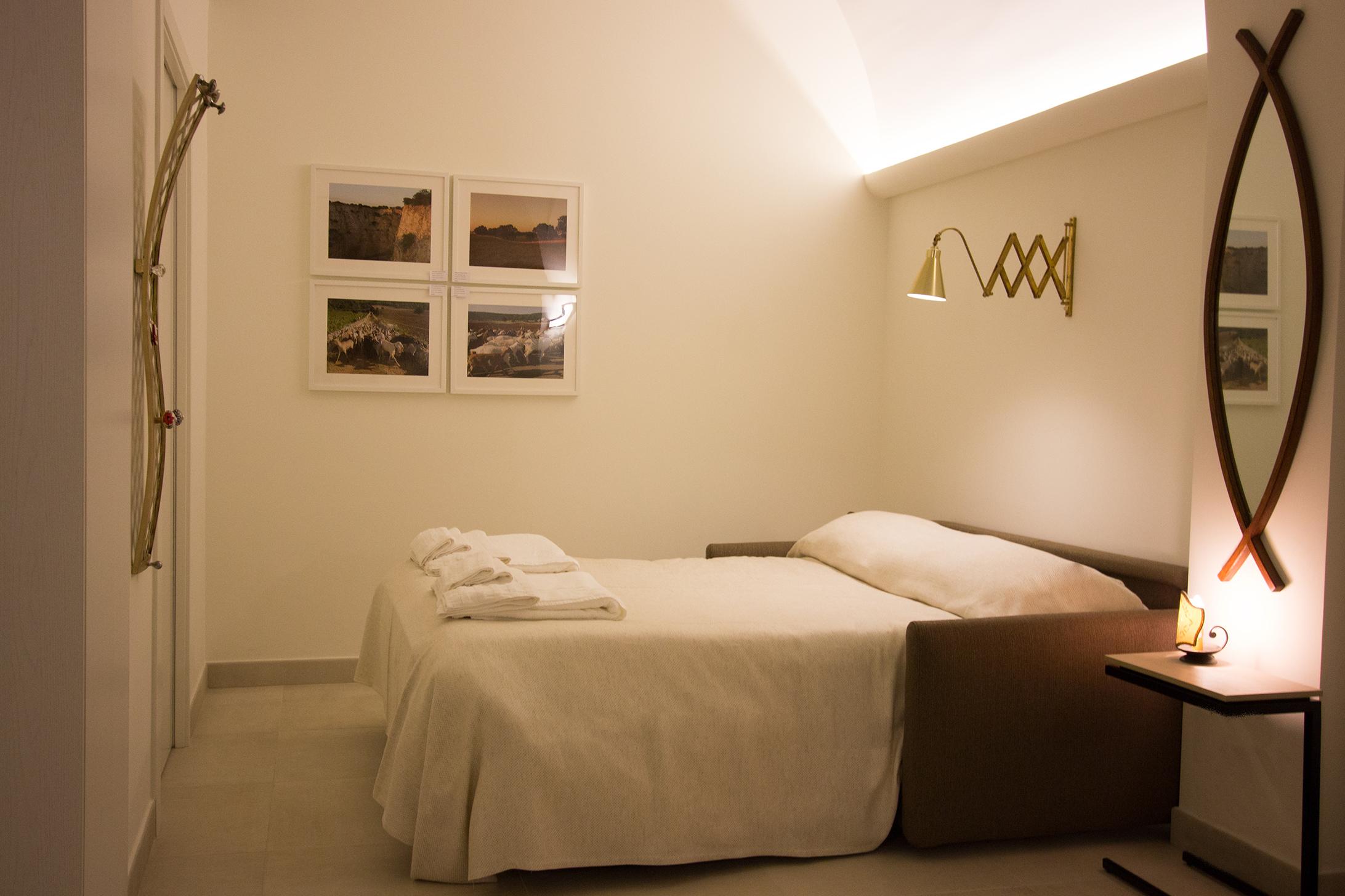 Camera da letto con divano letto matrimoniale e bagno privato.
